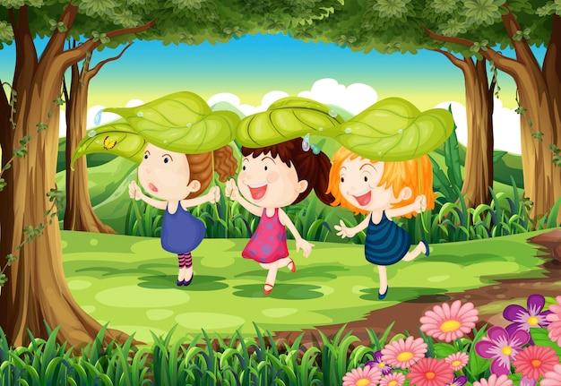 Drie speelse kinderen in het bos Gratis Vector