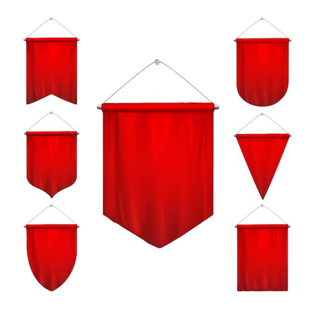Driehoek van de signaal markeert de rode wimpels van sport diverse vormen die hangende realistische de geïsoleerde illustratie van hangende pennonsbanners verminderen Gratis Vector
