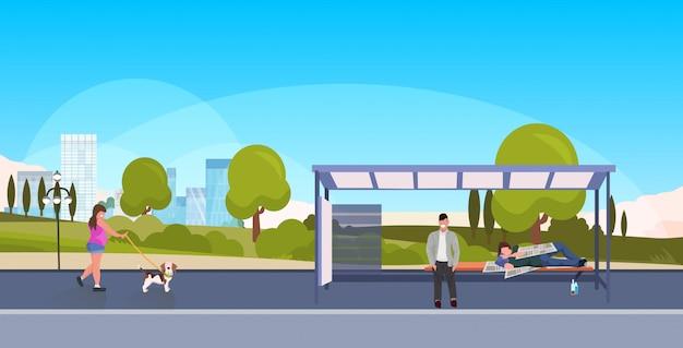 Dronken bedelaar bedelaar slapen buiten stad busstation dakloze concept man passagier wachten openbaar vervoer meisje lopen met hond landschap achtergrond horizontale volledige lengte Premium Vector