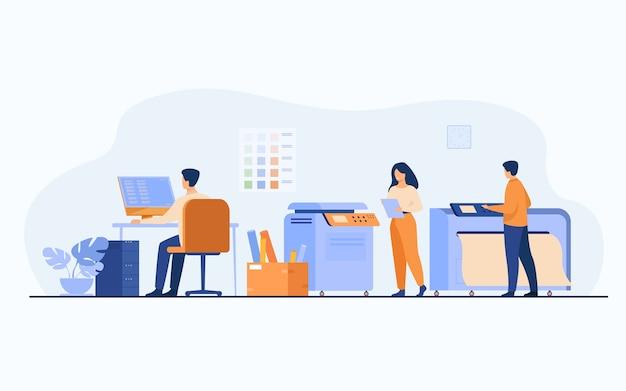 Drukkerijmedewerkers die computers gebruiken en grote commerciële printers gebruiken voor het afdrukken van banners en posters. vectorillustratie voor reclamebureau, grafische industrie, reclame-ontwerpconcept Gratis Vector