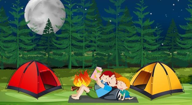 Een familie kamperen in het bos Premium Vector