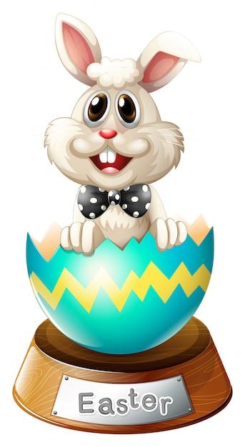 Een gebarsten ei met een konijn Gratis Vector