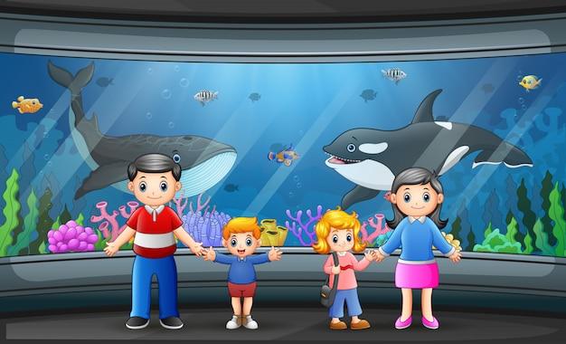 Een gelukkig gezin op zee aquarium Premium Vector