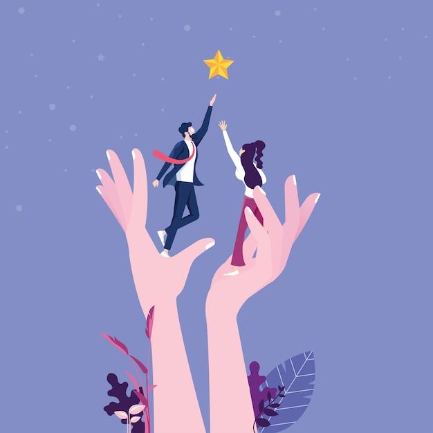 Een gigantische hand helpt een zakenman om uit te reiken naar de sterren Premium Vector