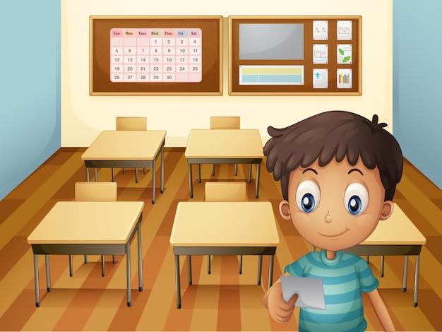 Een jonge jongen in de klas Gratis Vector