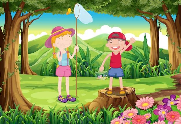 Een jongen en een meisje die in het bos spelen Gratis Vector