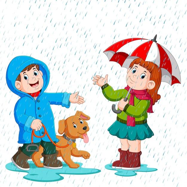 Een paar onder een paraplu die in de regen loopt Premium Vector