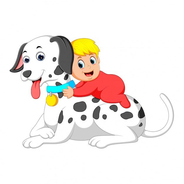 Een schattige baby speelt en houdt de grote witte hond vast Premium Vector