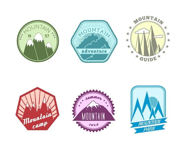 Een set van hoge kwaliteit polyangulaire en ronde sneeuw bergen toppen pieken reisgids etiketten iconen Gratis Vector