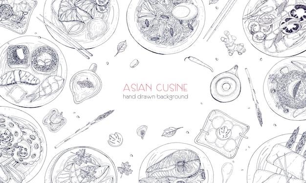 Elegante zwart-wit hand getekende achtergrond met traditionele aziatische gerechten, gedetailleerde smakelijke maaltijden en snacks uit de oosterse keuken - woknoedels, sashimi, gyoza, vis- en zeevruchtengerechten. illustratie. Premium Vector