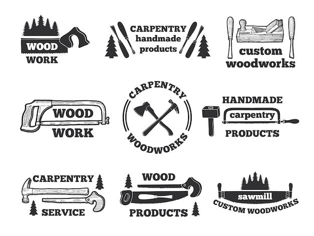 Etiketten voor houtbewerkingswinkel. monochrome illustraties met timmerwerktuigen. embleem workshop, logo timmerwerk handgemaakt Premium Vector