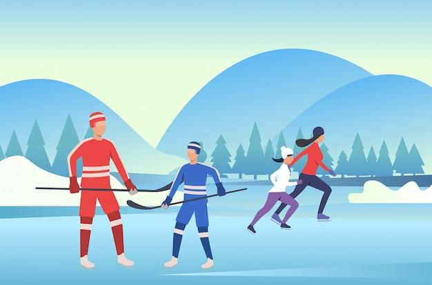Familie die en hockey op bevroren vijver schaatsen Gratis Vector