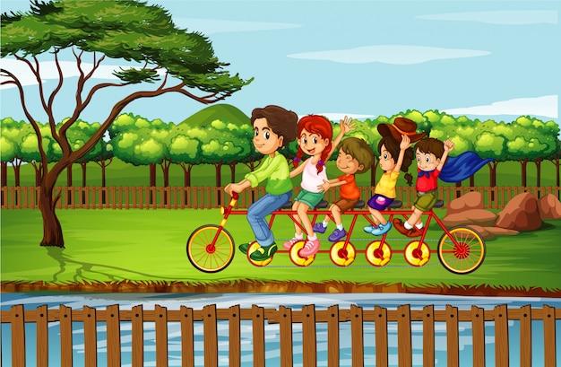 Familie paardrijden fiets in het park Gratis Vector