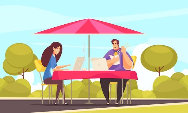 Flexibele arbeidsvoorwaarden op afstand platte komische compositie met paar freelancers die buiten werken op caféterras Gratis Vector