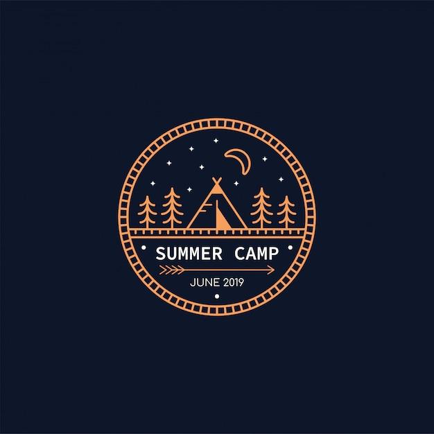 Forest camp-badge. lijn illustratie. trekking, camping embleem. Premium Vector