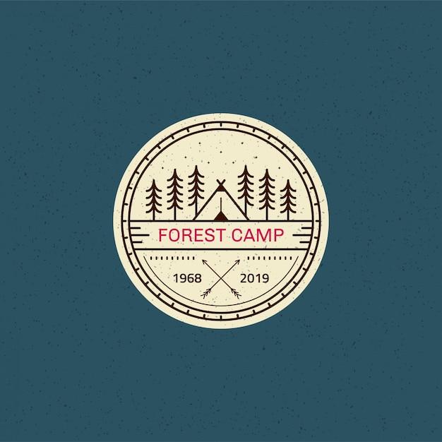 Forest camp-badge. zwart-wit lijn illustratie. trekking, camping embleem. Premium Vector