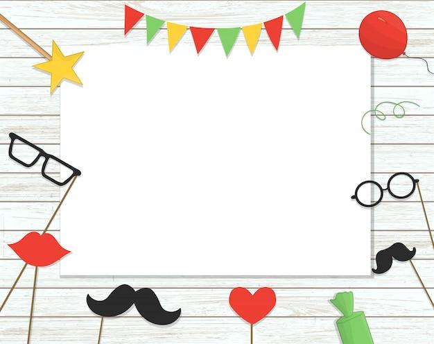 Fotohokje rekwisieten op stok, ballonnen, confetti, cadeautjes, snoepjes op armoedige houten achtergrond met plaats voor tekst Premium Vector