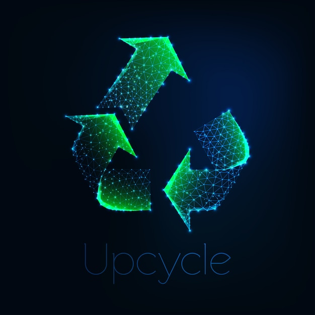 Futuristisch gloeiend laag veelhoekig groen upcycle symbool dat op donkerblauwe achtergrond wordt geïsoleerd. Premium Vector