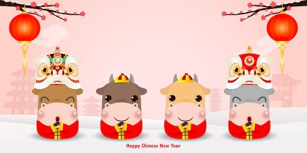 Gelukkig chinees nieuwjaar 2021, het jaar van het ontwerp van de os-wenskaart en vier kleine schattige koeien cartoon achtergrond, banner, kalender, vertaling gelukkig chinees nieuwjaar Premium Vector