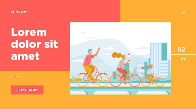 Gelukkig jong gezin rijden op fietsen op park websjabloon. fietsen langs weg aan het water met stad op achtergrond. zomeractiviteit en een gezonde levensstijl concept Gratis Vector