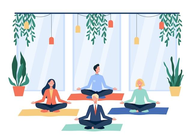 Gelukkig kantoorpersoneel doet yoga, zittend in lotus houding op matten en mediteren. werknemers trainen tijdens de pauze. voor mindfulness, stressvermindering, levensstijlconcept Gratis Vector