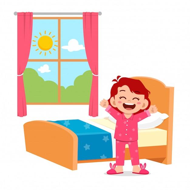 Gelukkig schattig klein kind meisje wakker in de ochtend Premium Vector