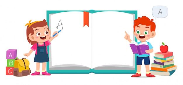 Gelukkig schattige jongen jongen leren op school Premium Vector
