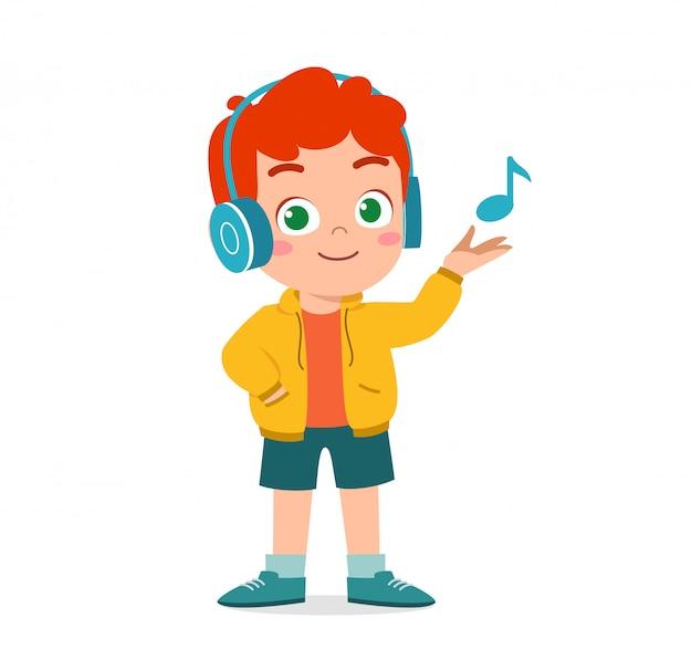 Gelukkig schattige jongen luisteren naar muziek Premium Vector