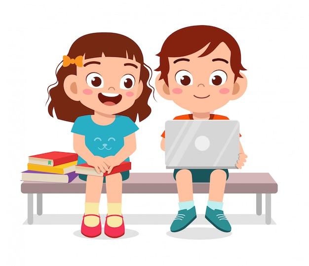 Gelukkig schattige kinderen jongen en meisje samen gelezen boek Premium Vector