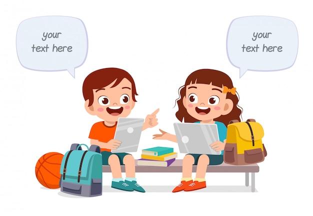 Gelukkig schattige kinderen jongen en meisje studeren samen Premium Vector