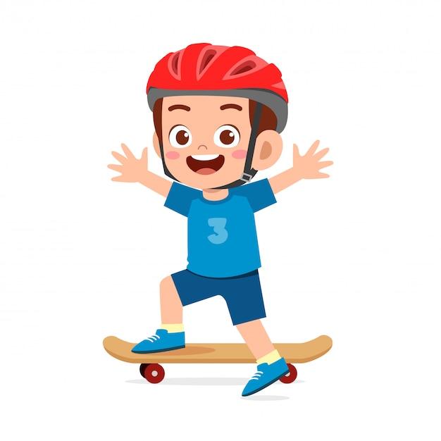 Gelukkig schattige kleine jongen jongen spelen skateboard Premium Vector