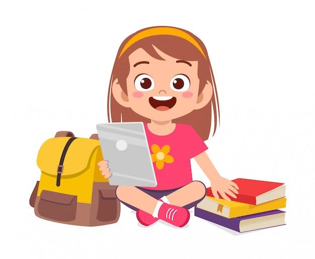 Gelukkig schattige kleine jongen studie met behulp van tablet Premium Vector