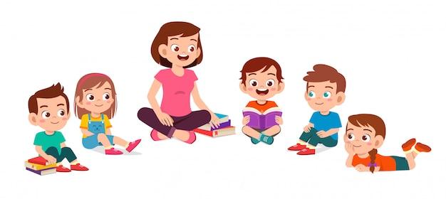 Gelukkig schattige kleine kinderen jongen en meisje studeren met leraar Premium Vector