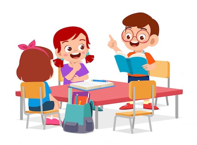 Gelukkig schattige kleine kinderen jongen en meisje studie Premium Vector