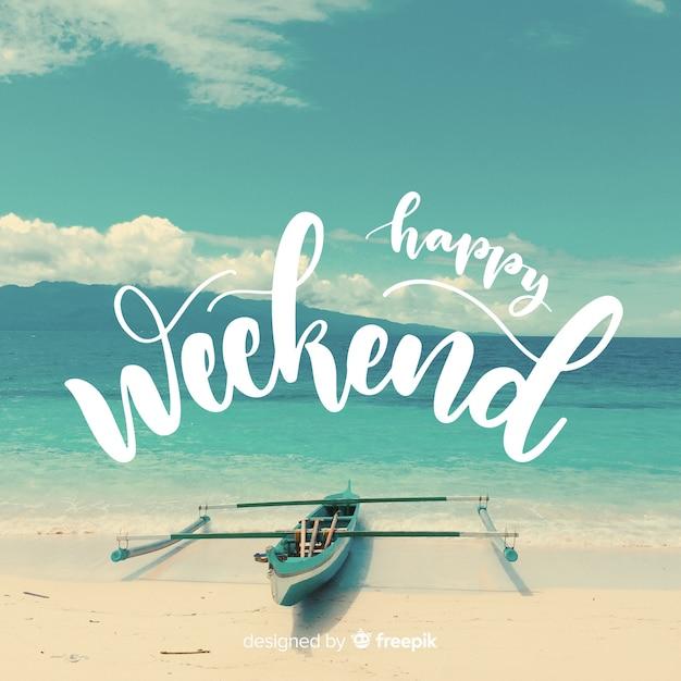 Gelukkig weekend belettering met fotografie achtergrond Gratis Vector