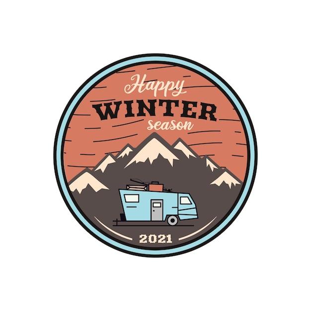 Gelukkig winterseizoen logo, retro camping avontuur embleem met bergen en rv-trailer. Premium Vector