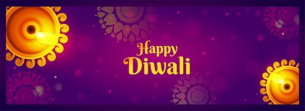 Gelukkige diwali-vieringsbanner met hoogste mening van verlichte olielampen (diya) op purper mandalapatroon bokeh Premium Vector