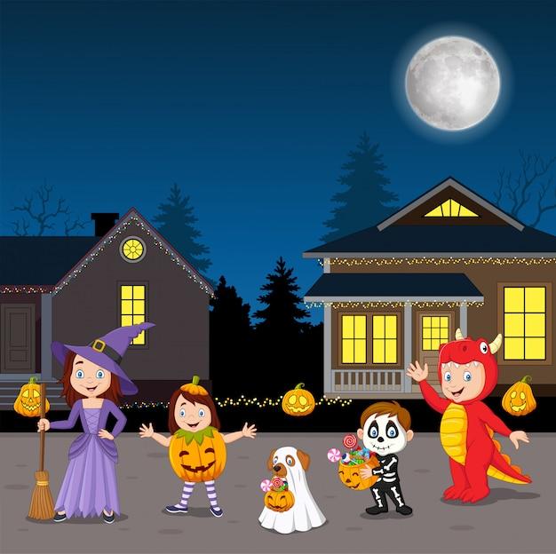 Gelukkige halloween-partijjonge geitjes die kostuums dragen Premium Vector