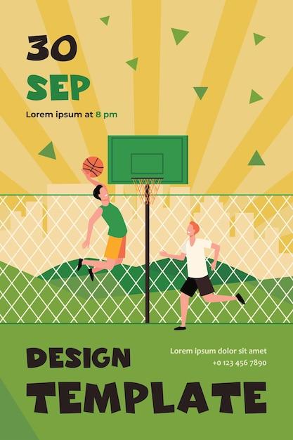 Gelukkige jonge mensen die basketbal op hof spelen. twee teamspelers trainen bij hek en bal gooien in de mand. flyer-sjabloon Gratis Vector