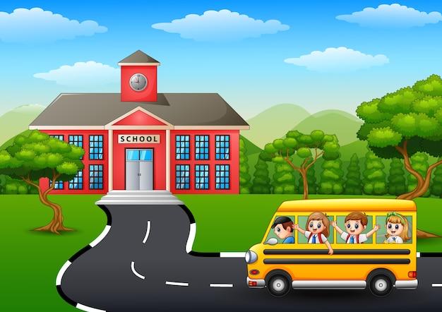 Gelukkige kinderen die naar school gaan met schoolbus Premium Vector