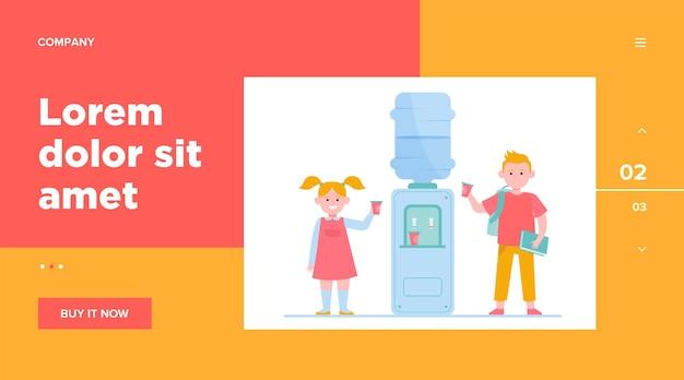 Gelukkige kinderen die water drinken bij koeler. studenten, jongen en meisje, school gang platte vectorillustratie. drank, verfrissing, website-ontwerp of bestemmingswebpagina Gratis Vector