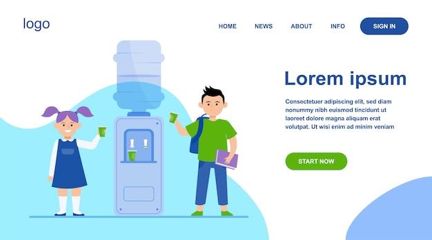 Gelukkige kinderen die water drinken bij koeler Gratis Vector