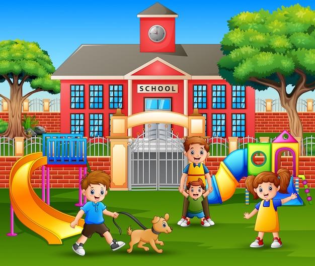 Gelukkige kinderen en familie genieten in de speeltuin Premium Vector