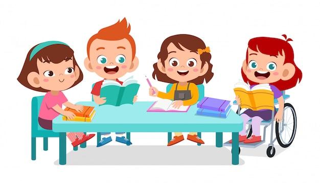 Gelukkige kinderen samen studeren Premium Vector