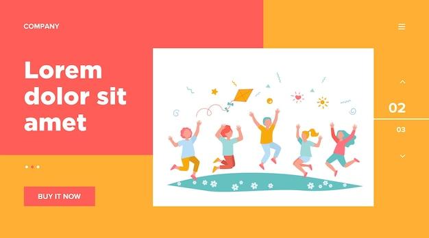 Gelukkige kinderen spelen in zomer park platte vectorillustratie. cartoon superleuke jongens en meisjes springen met vlieger op weide. kleuterschool en vakantieconcept Gratis Vector