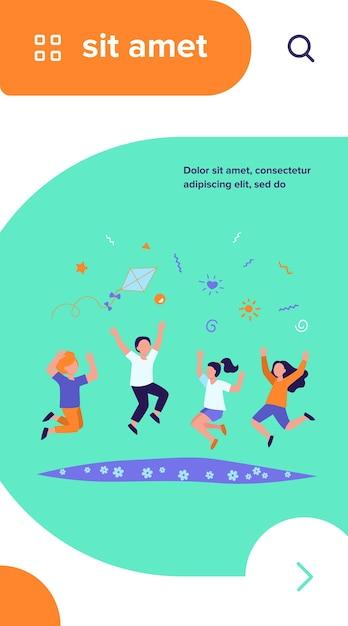 Gelukkige kinderen spelen in zomer park platte vectorillustratie. cartoon superleuke jongens en meisjes springen met vlieger op weide Gratis Vector