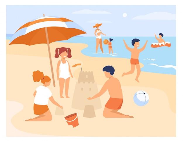 Gelukkige kinderen spelen op het zandstrand van de kust Gratis Vector