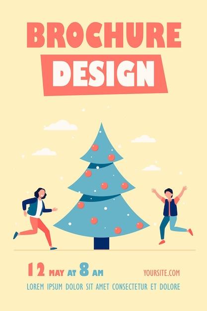 Gelukkige kinderen springen in de buurt van de sjabloon van de folder van de kerstboom Gratis Vector