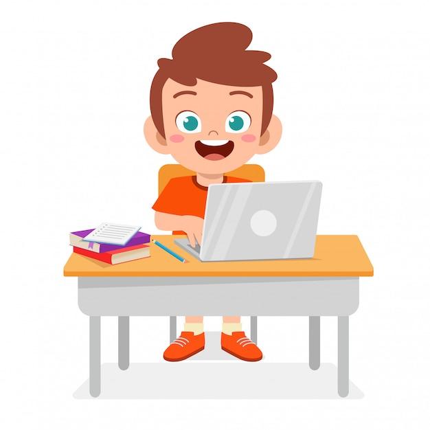 Gelukkige leuke jongen die nieuwe laptop met behulp van Premium Vector