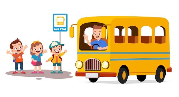 Gelukkige schattige kinderen wachten schoolbus met vrienden Premium Vector